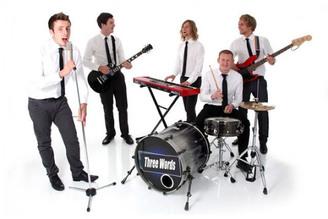 Музыкальная группа: вокал, гитара, синтезатор, барабаны