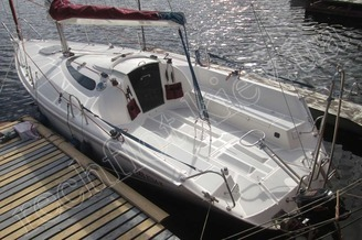 Парусная яхта Богема у причала