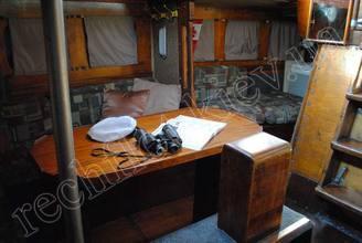 Стол и диванчики в кают-компании парусной яхты Риф