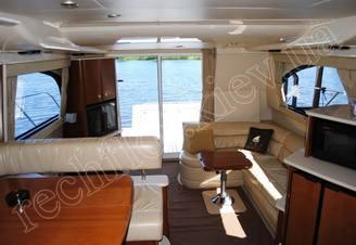 Мебель и оборудование в салоне моторной яхты Меридиан-411