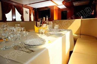 Сервировка в салоне-ресторане моторной яхты Соломия