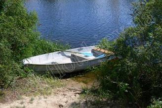 Весельная лодка для транспортировки гостей на зеленый берег