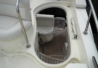 Спуск с верхней палубы моторной яхты Азимут-46