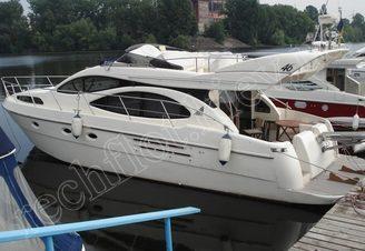 Моторная яхта Азимут-46 у причала