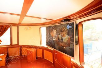 Интерьер салона-ресторана моторной яхты Соломия