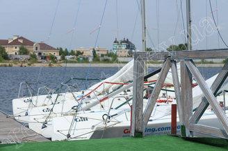 Яхты для корпоративной парусной регаты на реке Днепр у причала