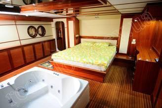 Ванна в каюте класса Люкс моторной яхты Соломия