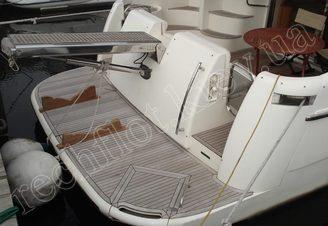 Кормовая часть с автовыдвижным трапом моторной яхты Азимут-46