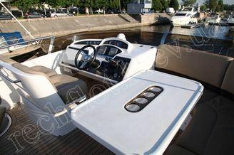 Место капитана на флайбридже моторной яхты Принцесс-45