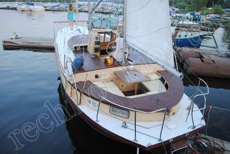Парусная яхта Санта у причала