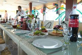 Сервировка стола в салоне первой палубы теплохода Каштан - Роман Шухевич