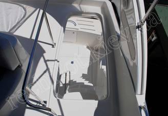Спуск с верхней палубы моторной яхты Меридиан-411