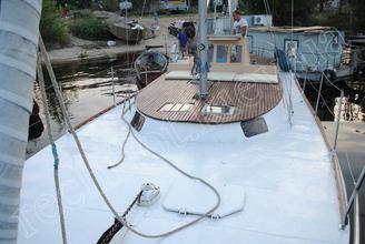 Вид с носовой части парусной яхты Санта
