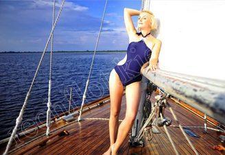 Гостья на палубе парусной яхты Электра