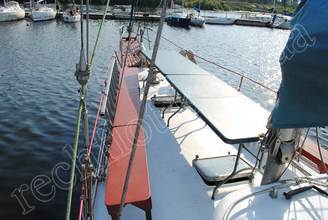 Стол на носовой части парусной яхты Норд