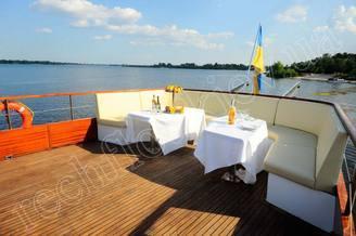 Столики на летней терраса на второй палубе моторной яхты Соломия