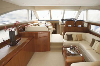 Просторный салон на 8 гостей моторной яхты Принцесс-54