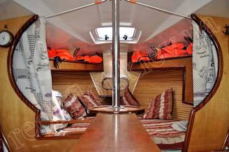 Вход в носовую каюту на яхте Дельта