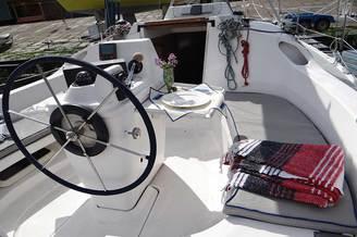 У руля парусной яхты HUNTER-320