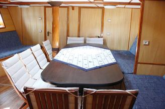 Просторная кают-компания парусной яхты Данапр