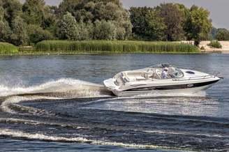 Катер Стингрей-250 на полном ходу на реке Днепр