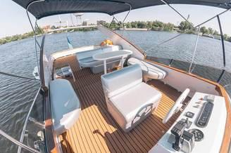 На флайбриджной палубе моторной яхты Одиссея