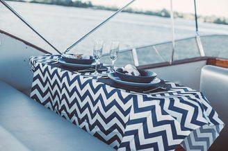 Сервировка стола на моторной яхте Одиссея