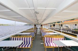 Летний салон на верхней палубе теплохода Николай Дудка