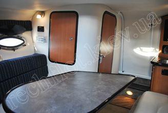Стол в кают-компании катера Кроунлайн-255