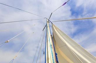 Мачта с парусами парусной яхты Благодать