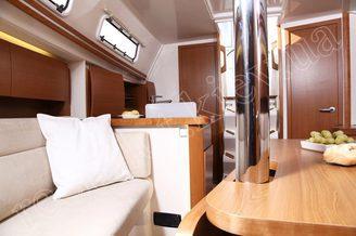 Вид салона на парусной яхте HANSE-325 Impreza