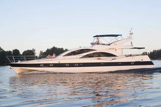 Моторная яхта Одиссея на полном ходу
