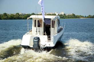 Кормовая часть катера Атлантик-660 на полном ходу
