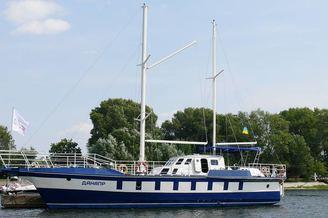 Парусная яхта Данапр на реке Днепр