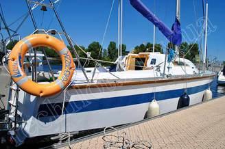 Яхта Лана у гостевого бона