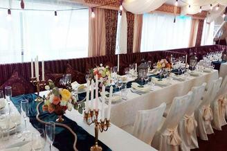 Сервированный стол на лайнере De Luxe