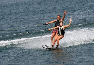 Водные лыжи идут за катером Азура-520