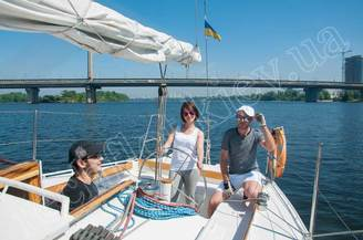 Гости на кокпите парусной яхты Алина