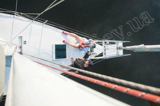 На носовой части парусной яхты Алина