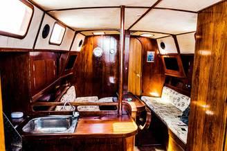 Кают-компания и камбуз на парусной яхте Глория