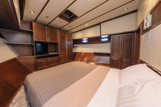 Каюта с двухспальной кроватью на моторной яхте Одиссея