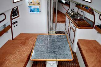Стол в кают-компании яхты Александра