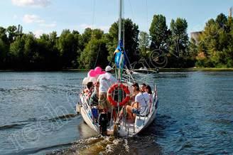 Компания друзей на парусной яхте Дельта