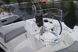 Вид на кокпит парусной яхты HUNTER-320
