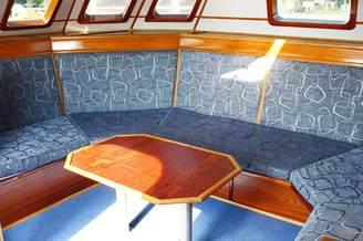 Столик в рубке парусной яхты Данапр