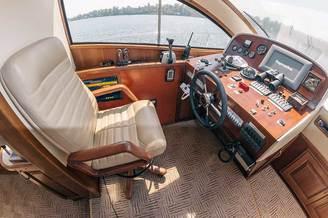 Капитанское место на моторной яхте Одиссея