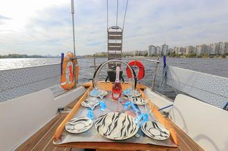Банкетный слот в кокпите парусной яхты Благодать