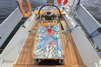Гостевая зона в кокпите парусной яхты Благодать