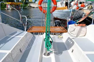 Кокпит яхты Дельта со столом для фуршета