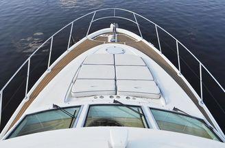 Носовая часть моторной яхты Голубой океан